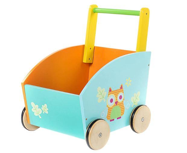 Un chariot de marche en bois
